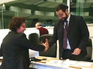 Lucia Vergaglia mentre riceve l'attestato nei finanziamenti diretti all'Europarlamento